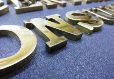 Информационная табличка с объемными буквами из латуни