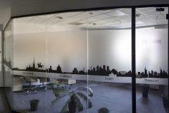 поклейка оракала на стекло в офисе банка