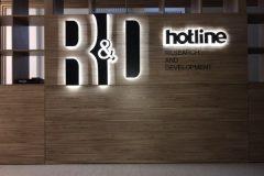 лого с контражурной подсветкой компании Hotline